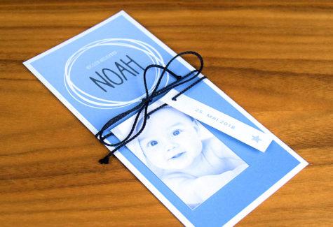 Geburtsanzeige mit Masche und Anhänger